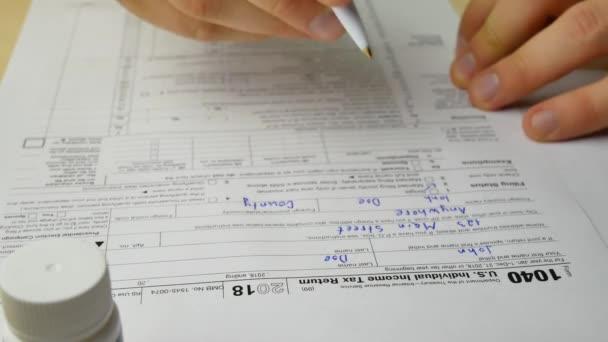 Nervózní, že stresující muž je psaní přispívá informací v nás individuální daňové přiznání formulář 1040