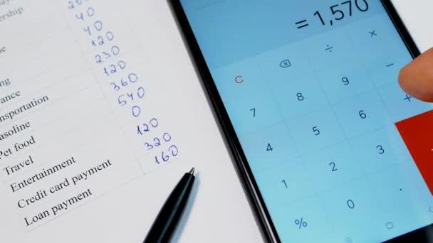 Domácí rozpočet plánování s pen a smartphone kalkulačka