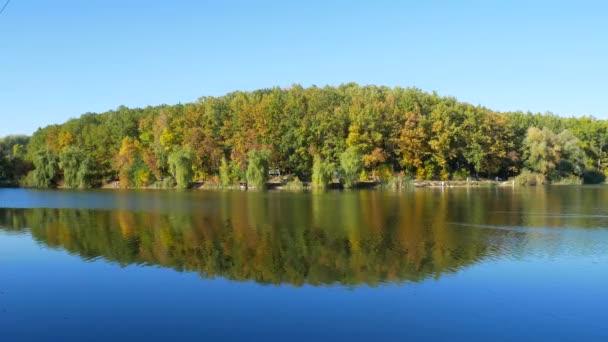 Podzimní barevné listí s jezerem