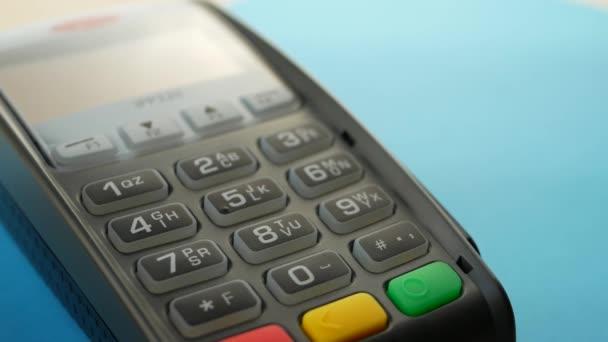 Ruka s přiložením kreditní kartou přes terminál na prodej a platí pro objednávky