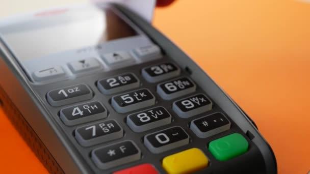 ruka s kreditní kartou výpad přes terminál na prodej