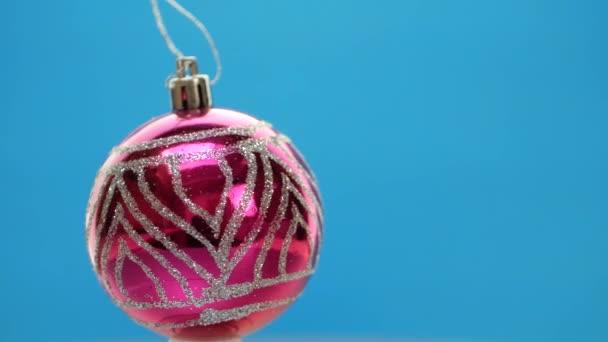 dekorierte lila oder violette Weihnachtskugeln auf blauem Hintergrund
