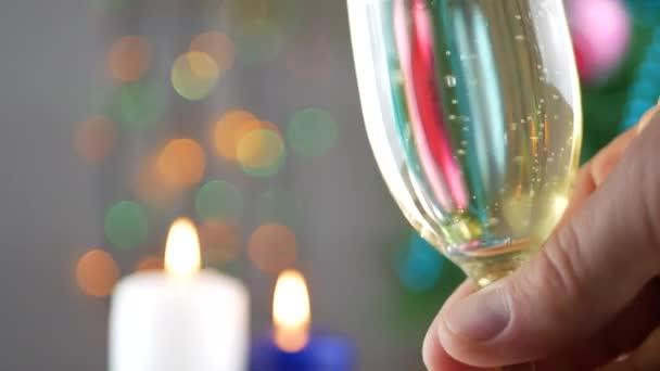 Šampaňské a zavírání pěnění v brýlích
