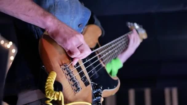 zenész játszik elektromos gitár