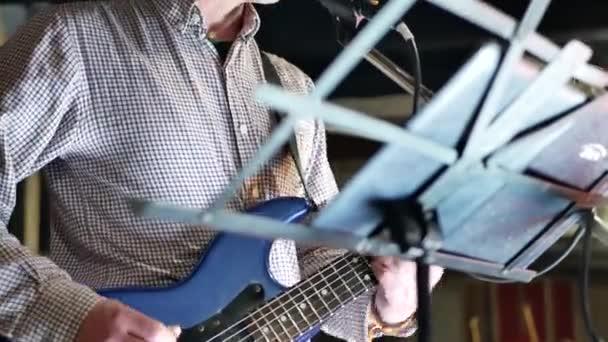 Muž vedoucí kytarista sólo hrál na kytaru