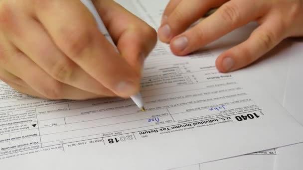 Mann schreibt uns individuelle Einkommensteuererklärung 1040