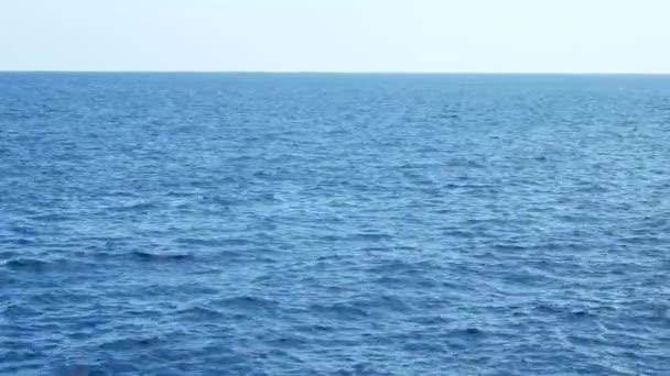 Abstraktní modré mořské vody s bílou pěnou na pozadí