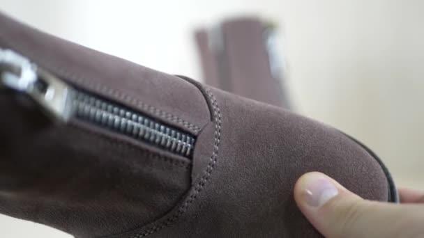 Krejčí, hledá módní semišové boty s kovový zip
