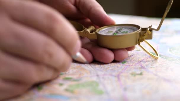 Muž směr hledání s kompas na pozadí mapy