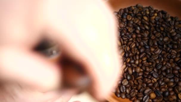 Pirított barna szemes kávé előtt grinder