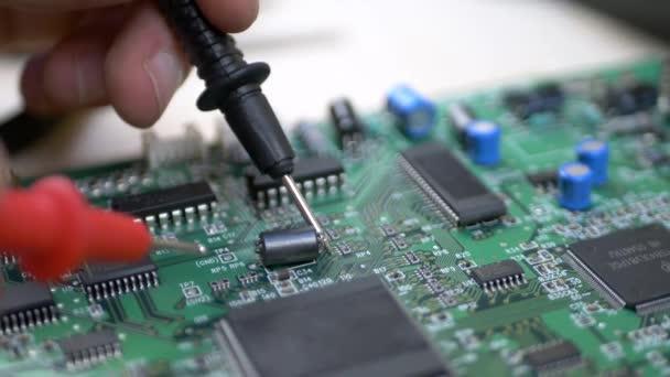 Mérnök informatikus Tester vizsgálata a zöld alaplap, processzor, chipek és kondenzátorok