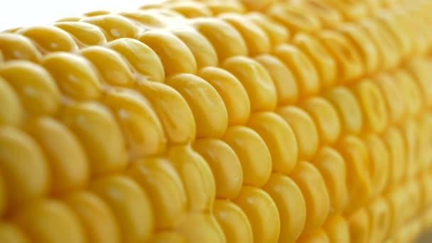 Nalitím horké máslo nebo olej na zralé žluté čerstvé kukuřice na palice