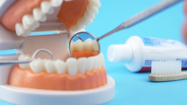 Lékař zkoumá zuby pacientů