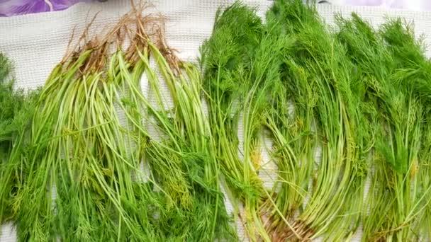 Parta z čerstvých organických kopr na stole
