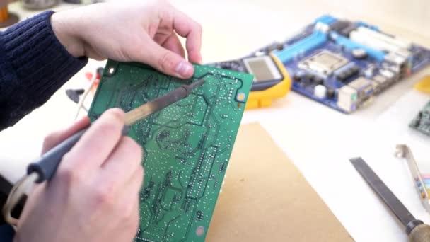 Forrasztó zöld alaplap fiatal számítógép-technikus