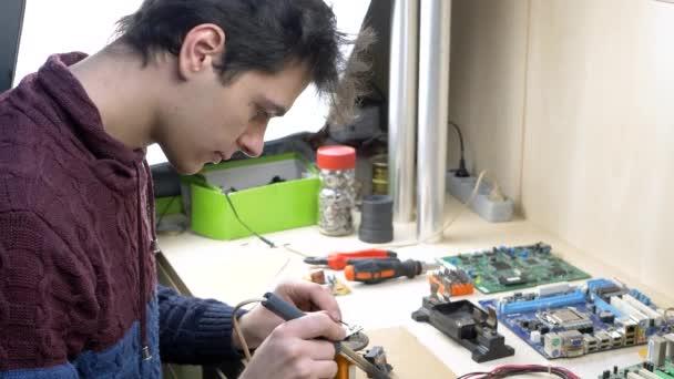 Diák javítása az elektronikus eszközök elektronikai műhely