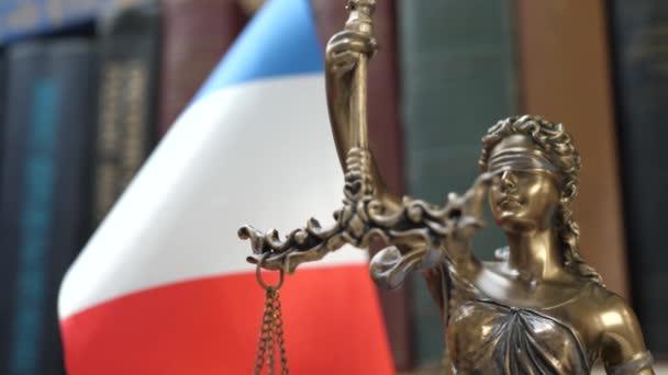 Lady Justice a könyvespolc a könyvek és Franciaország zászló háttér