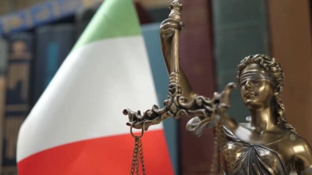 Lady Justice a könyvespolc a könyvek és Olaszország zászló háttér