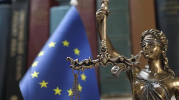 Lady Justice a könyvespolc a könyvek és az EU-zászló háttér