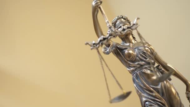 Az igazságügy-szobor a sárga háttér
