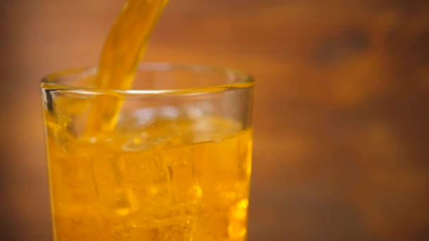 Orangenlimonade in kaltem Glas mit Eiswürfel