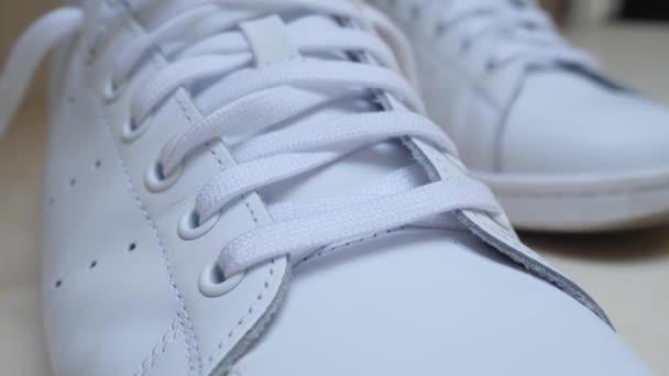 weiße Leder Sneakers mit Schnürung