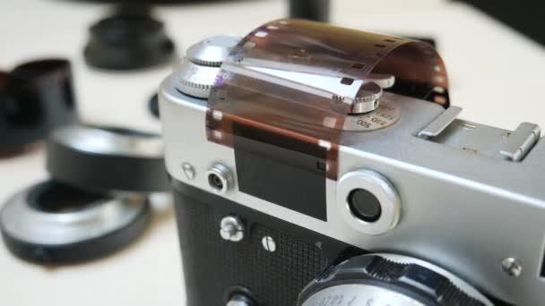 Retro Fotokamera s fotografickým filmem a čočkou