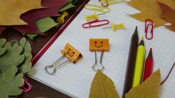 Mosolyog sárga kévekötő munkás klipsz-ra bukott Maple levél és iskola Hivatal hitel