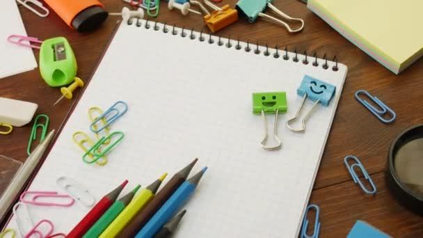 Mosolyog kék és zöld kévekötő munkás klipsz-ra Jegyzetfüzet-val multi--befest ceruza és papír klipsz