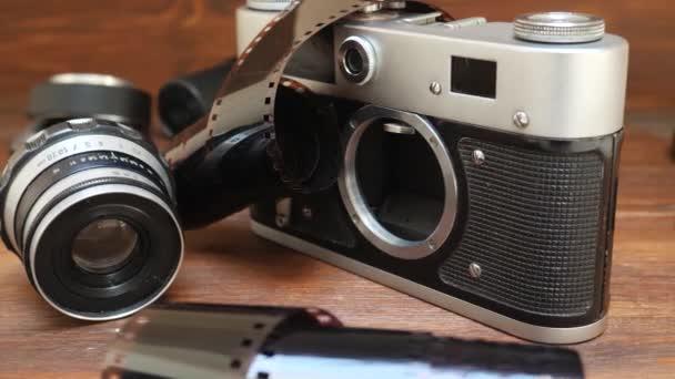 Fotografický fotoaparát s fotografickým filmem a čočkou
