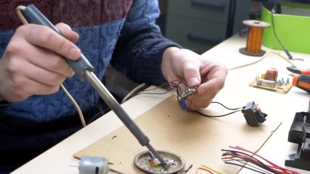 Cínové pájecí součásti v elektronice