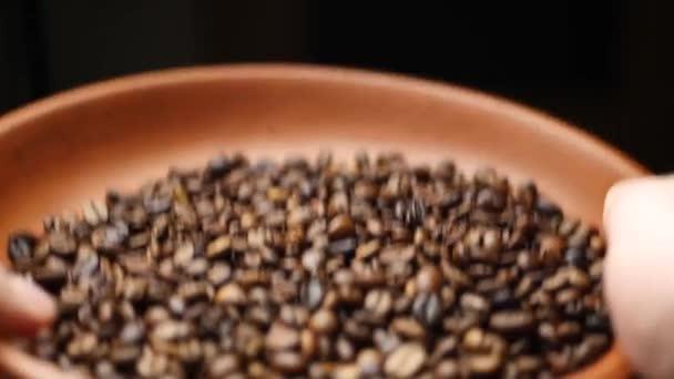 Landwirt wirft geröstete Kaffeebohnen über Bord