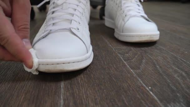 weiße Schuhe aus Leder reinigen