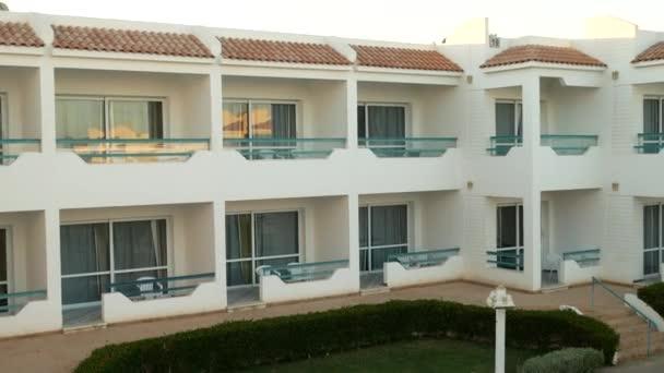 Fehér kétszintes házak erkéllyel az élet és pihenés