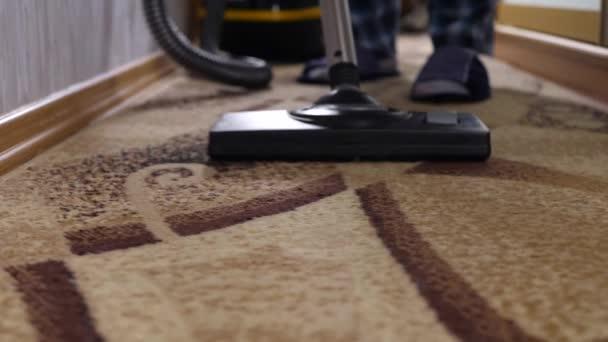 brauner Teppich mit Staubsauger reinigen