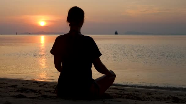 Neznámá osoba samice meditovat venku na přírodě
