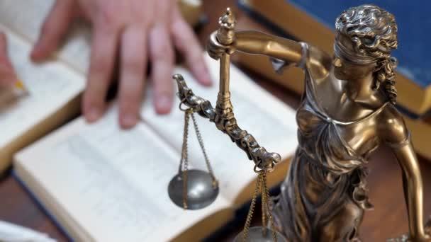 Felismerhetetlen ügyvédek kézi munka papírok és jogi könyvek