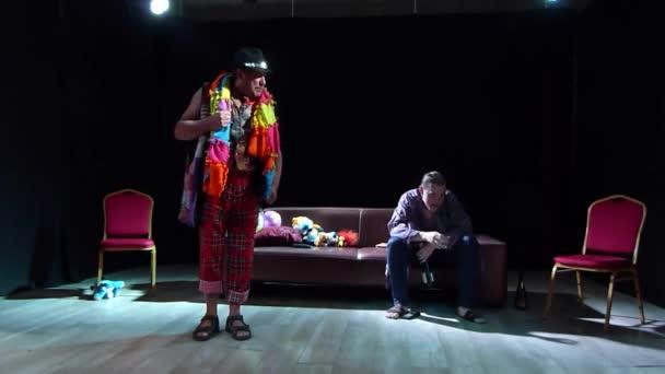 Dněpr, Ukrajina-7. července 2019: komediální past, kterou Robert Thomas prolétal členové zrcadla divadla Youth.