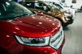 pohled na řádku nové automobily designu na obchodní zastoupení uvnitř