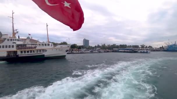 Istanbul, Turecko - květen 2018: istanbul trajekt do bosphorus se mává turecká vlajka s odletem z mola Kadikoy