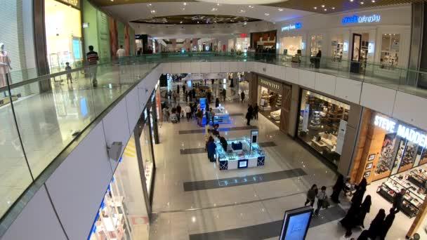Dauhá, Katar-únor 2019: lidé nakupují v nákupním středisku v Dauhá Festival City