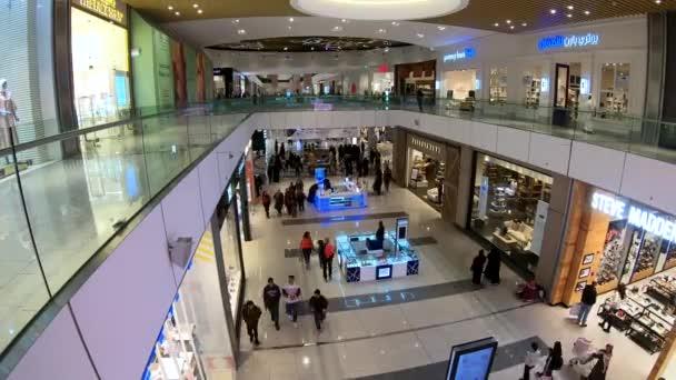 Dauhá, Katar-únor 2019: časové video o lidech nakupných v Dauhá Festival City nákupního centra