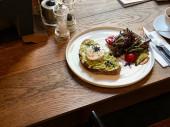 Avokádó tojás Benedek a buggyantott Egg kávéval a Cafe Shop a fából készült asztal
