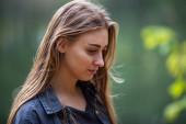 Szomorú tinédzser. Fiatal gyönyörű fehér kaukázusi függő tizenéves lány mosatlan hajjal és zúzódásokkal a szeme alatt az utcán ősszel este.