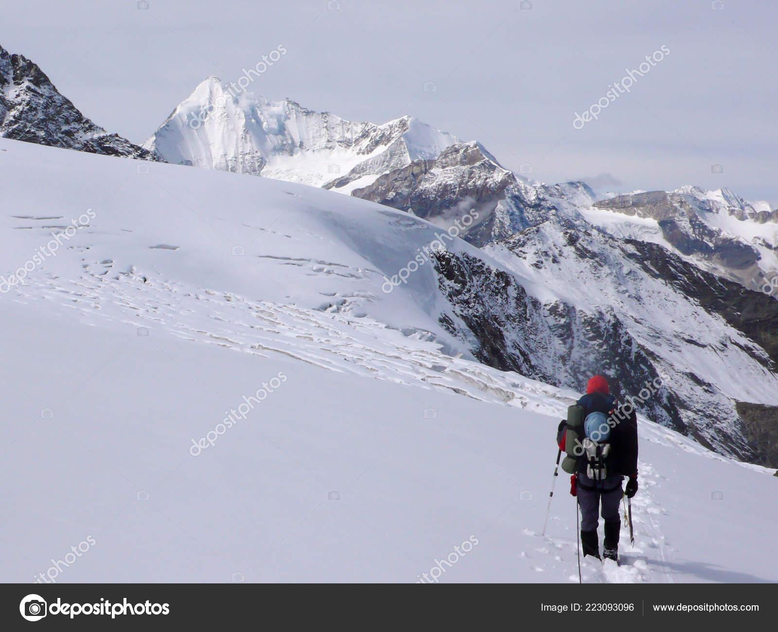 Kletterausrüstung Kaufen Schweiz : Einzelne männliche bergsteiger mit viel kletterausrüstung der