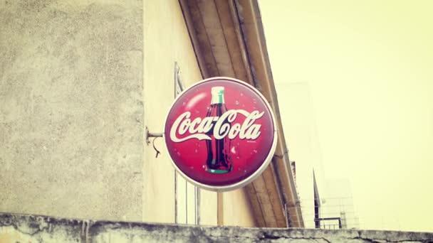 Kypr, Larnaca - cca dubna 2018: Znamení populární americké limonády Coca-Coly-slavný sody značky