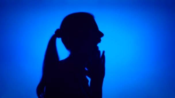 Silueta frustrovaný plakat. Tvář ženy v profilu výkřik zoufalství na modrém pozadí