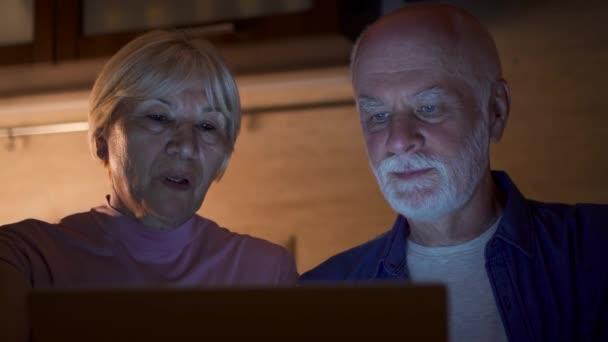 Couple De Personnes Agees A Domicile Utilise L Ordinateur Portable Dans La Cuisine Pendant La Nuit Famille Retraite Pensionnes Travail Sur Ordinateur