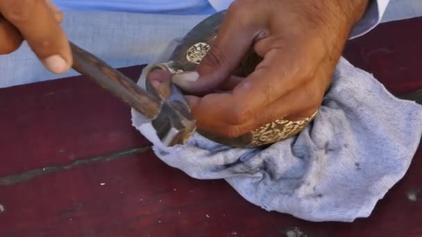 Handwerker gravieren Muster auf den alten Krug. Meister Zentralasiens und Usbekistans. manuelle Kupferprägung. die alte Kunst des Radierens auf Utensilien