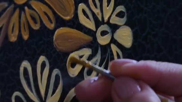 festő dekoratőr felhívja a minta, a virágok és levelek, makró felvétel